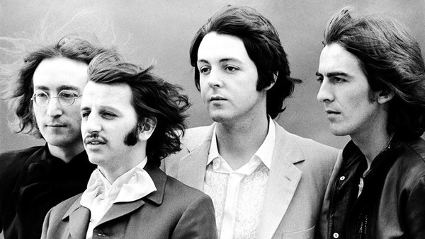 """THE BEATLES LANZA """"SHE LOVES YOU"""""""