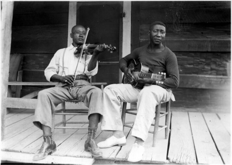 Muddy Waters y Son Simms en primera grabación de Waters.